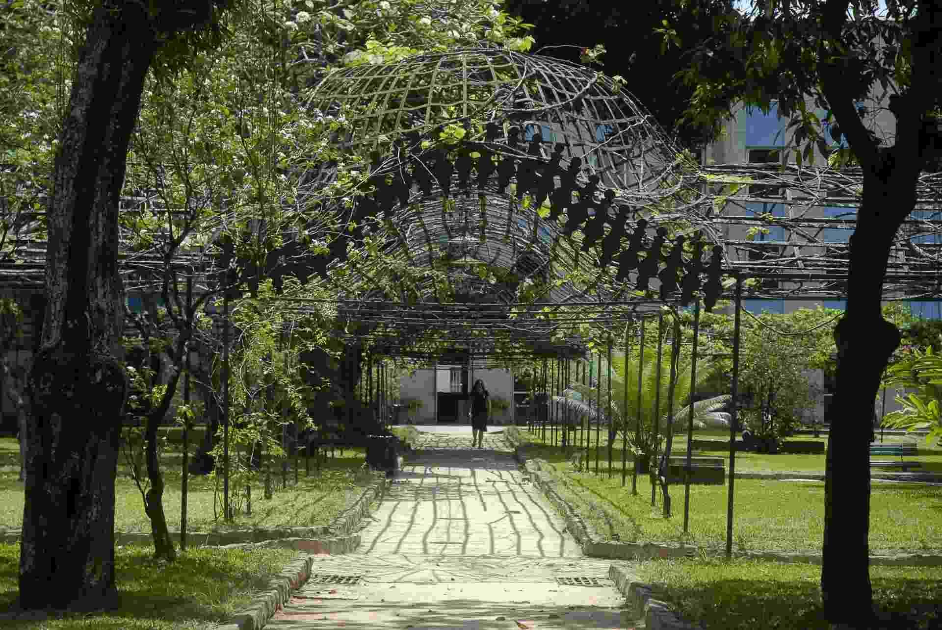 7.nov.2012 - A Fundação Casa de Rui Barbosa vai revitalizar o jardim histórico de 9.000 metros quadrados do museu, que fica em Botafogo, na zona sul do Rio de Janeiro - até 1923, o local era a residência do baiano Rui Barbosa. As parreiras se enroscam na estrutura metálica da pérgula - o eixo central tem 40 metros de comprimento -, área que fica na parte posterior da casa - Tânia Rêgo/ABr