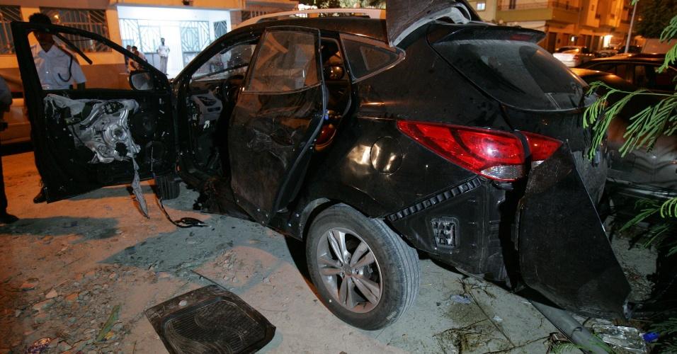 7.nov.2012 - Carro fica destruído após explosão de uma bomba que visava matar um oficial do antigo regime Gaddafi, nesta quarta-feira (7), em Benghazi, na Líbia. Hussam al-Raaid, ex-oficial do regime deposto, foi ferido quando seu veículo explodiu em frente a sua casa