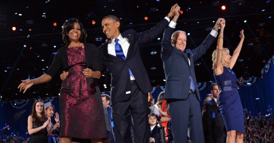 7.nov.2012 - (Da esq. para a dir.) A primeira-dama Michele Obama, o presidente reeleito dos Estados Unidos, Barack Obama, o vice-presidente reeleito, Joe Biden, e a vice-primeira-dama, Jill Biden, durante discurso da vitória de Obama em Chicago, Illinois (EUA), onde o democrata iniciou a carreira política