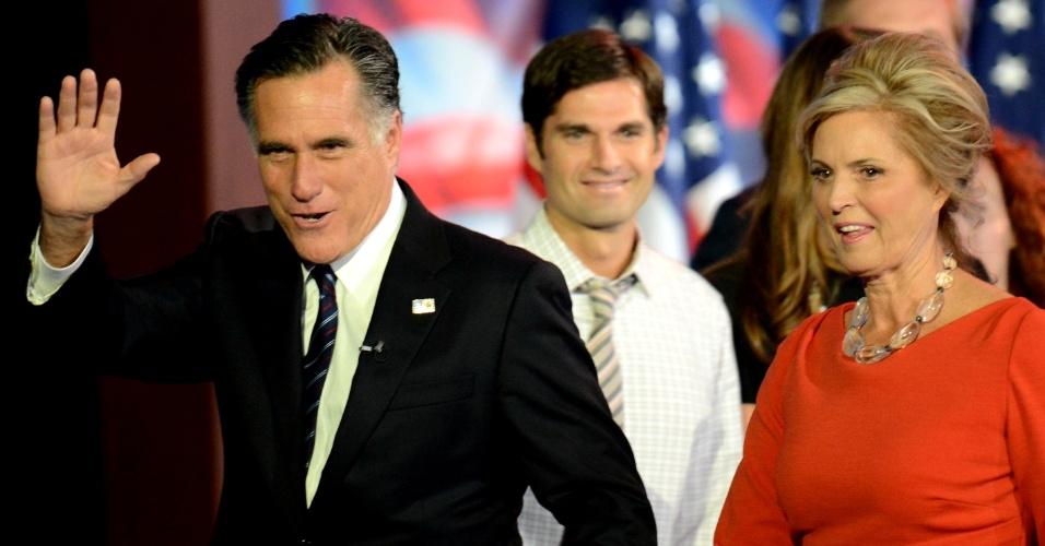 7.nov.2012 - Mitt Romney e sua mulher, Ann Romney, deixam o palco após o discurso do candidato republicano derrotado em Boston Massachusetts. Romney disse que irá rezar pela liderança de Obama e pediu que seus apoiadores façam o mesmo