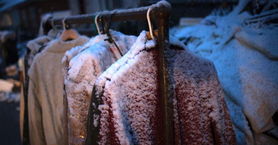 7.nov.2012 - Neve cobre roupas penduradas do lado de fora de uma casa que foi destruída pelo furacão Sandy no distrito de Staten Island, em Nova York. Uma tempestade fria de nordeste trouxe ventos fortes, nevascas e ameaça de inundação a região que conta entre 30 e 40 mil desabrigados pela passagem do furacão Sandy