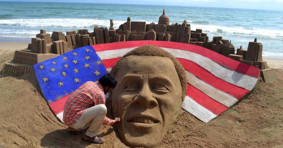 7.nov.2012 - O artista indiano Sudaran Pattnaik faz os retoques finais em escultura de areia feita em homenagem ao presidente reeleito dos Estados Unidos, Barack Obama, na praia de Puri, na Índia. Obama venceu o candidato republicano Mitt Romney