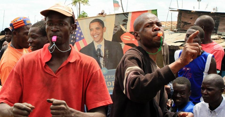 7.nov.2012 - Quenianos da favela de Kibera, em Nairóbi, comemoram a reeleição do presidente dos Estados Unidos, Barack Obama, nesta quarta-feira. Ancestrais de Obama são de origem queniana. O presidente democrata venceu o candidato republicano Mitt Romney