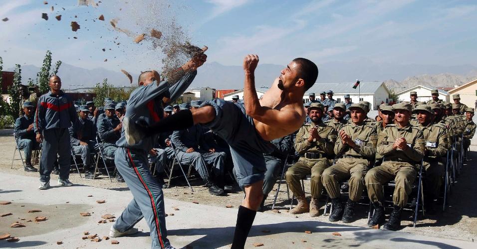 7.nov.2012 - Policiais afegãos fazem demonstração de combate durante cerimônia de graduação de oficiais, em Laghman
