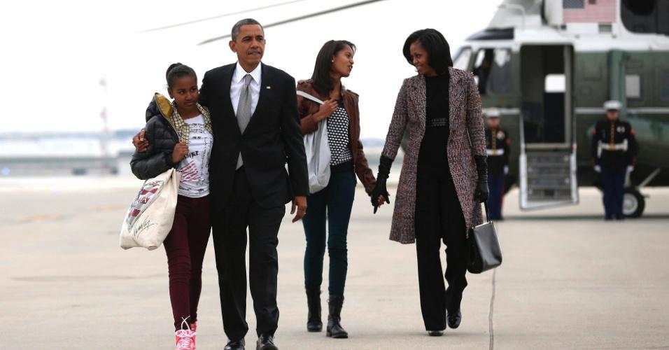 7.nov.2012 - Presidente Barack Obama e sua família se preparam pra embarcar no avião presidencial, o
