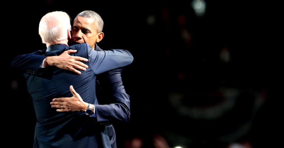 7.nov.2012 - Presidente reeleito Barack Obama abraça seu vice, Joe Biden, após discurso da vitória, realizado em Chicago, Illinois, onde o democrata iniciou sua carreira política