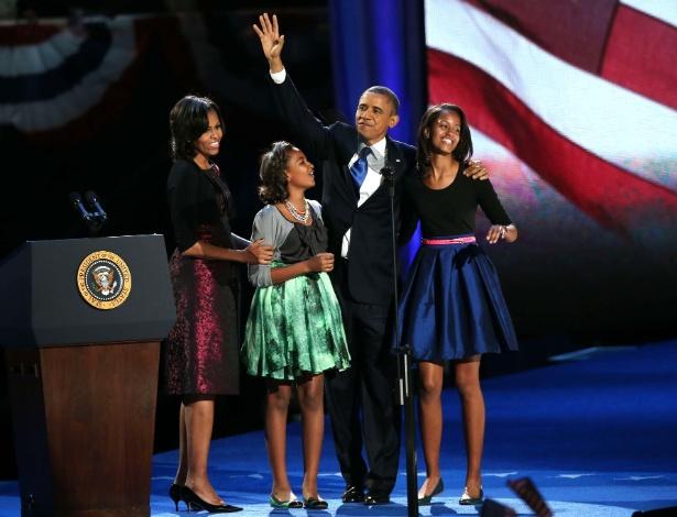Com vestido Michael Kors usado em duas ocasiões no passado, Michelle Obama acompanhou o marido, Barack Obama, e as filhas Sasha e Malia durante o discurso de reeleição em Chicago (07/11/2012) - Win McNamee/Getty Images/AFP