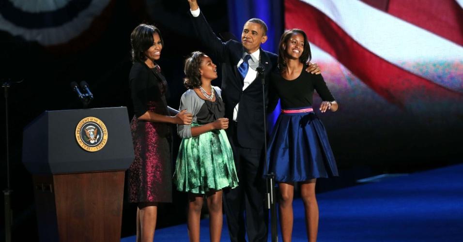 7.nov.2012 - Presidente reeleito Barack Obama entra no palco junto com a primeira-dama Michelle Obama e suas filhas Sasha e Malia para o discurso da vitória no McCormick Place, em Chicago, Illinois