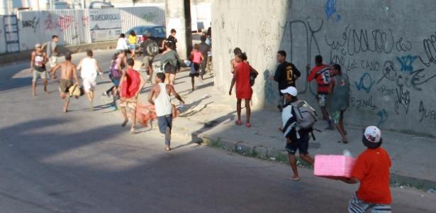 Supostos usuários de crack fogem em direção à avenida Brasil durante ação da prefeitura no Parque União