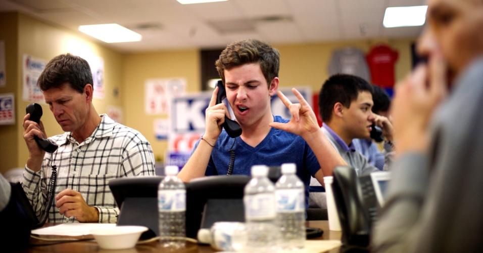 7.nov.2012 - Voluntários apoiadores da campanha do republicano Mitt Romney fazem chamadas em busca de novos eleitores em Ames, Iowa, Estado onde o candidato democrata lidera, com cerca de 7% das urnas apuradas à 1h30