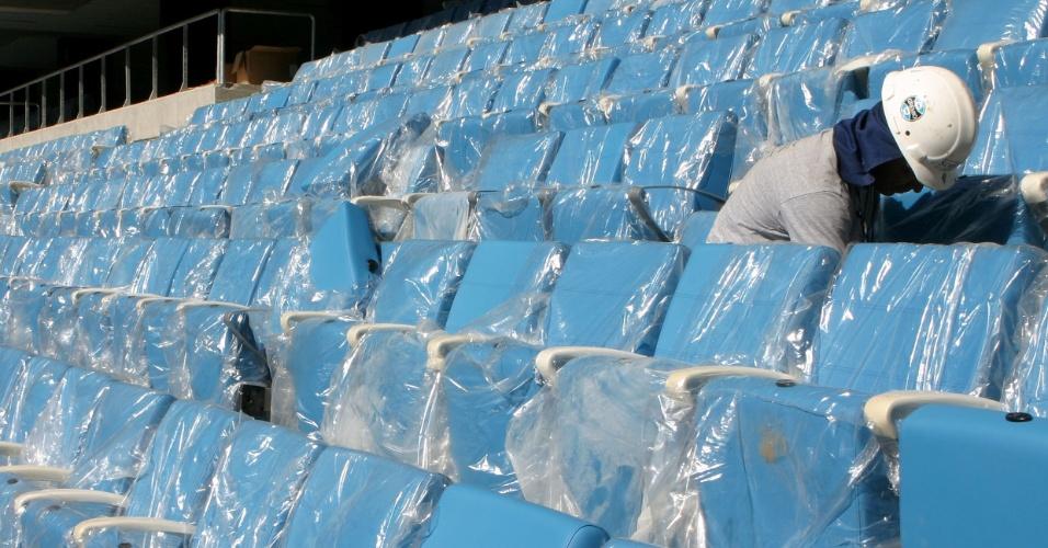 Cadeiras sendo instaladas na Arena do Grêmio em fase final da obra