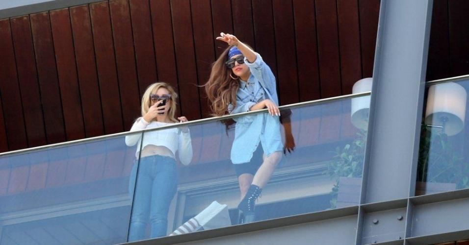 Cantora Lady Gaga interage com fãs da sacada do hotel no Rio de Janeiro (7/11/12)