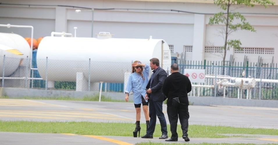 Depois de desembarcar no aeroporto do Galeão, Lady Gaga desce em heliponto na Lagoa, no Rio de Janeiro. A cantora chega ao Brasil para sua primeira turnê, que passará pelo Rio, por São Paulo e por Porto Alegre (07/11/2012)