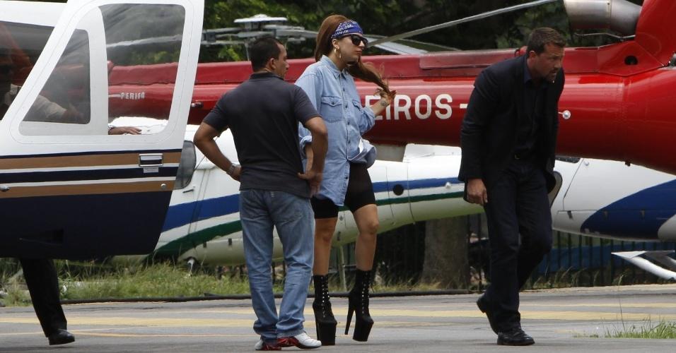 Depois de desembarcar no aeroporto do Galeão, Lady Gaga desce em heliponto na Lagoa, no Rio de Janeiro. A cantora chega ao Brasil para sua primeira turnê, que passará pelo Rio, por São Paulo e por Porto Alegre (07/11/12)
