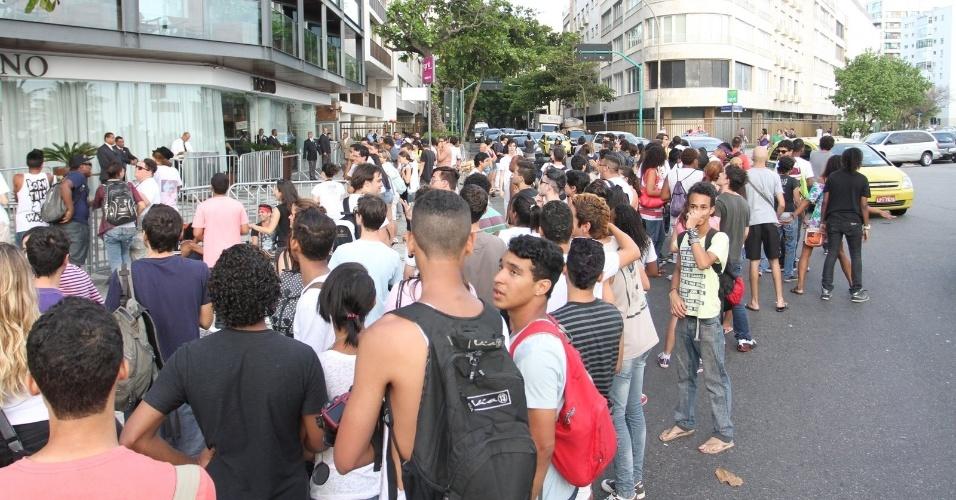 Fãs de Lady Gaga marcam presença à porta do hotel onde a cantora está hospedada no Rio de Janeiro (7/11/12)