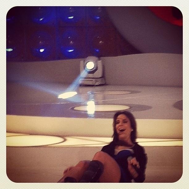 Ivete Sangalo cai no palco do programa da Eliana (6/11/12)