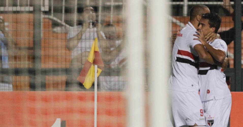 Jadson é abraçado por Luis Fabiano após marcar o primeiro gol do São Paulo na partida contra a La U