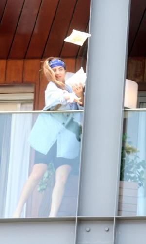 """Lady Gaga atira biscoitos para fãs e escreveu no Twitter: """"Estou mandando hambúrgueres, fritas e coca-cola. Amo vocês, monsters"""" (7/11/12)"""