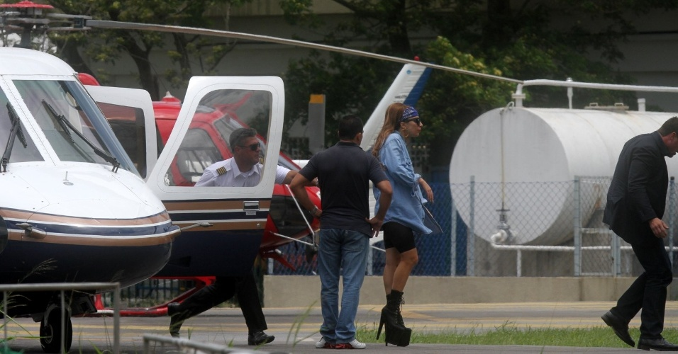 Lady Gaga desembarca em heliponto da Lagoa Rodrigo de Freitas no Rio (7/11/12)