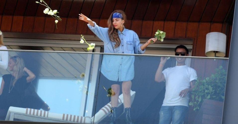 Lady Gaga joga flores para os fãs da sacada do hotel no Rio de Janeiro (7/11/12)