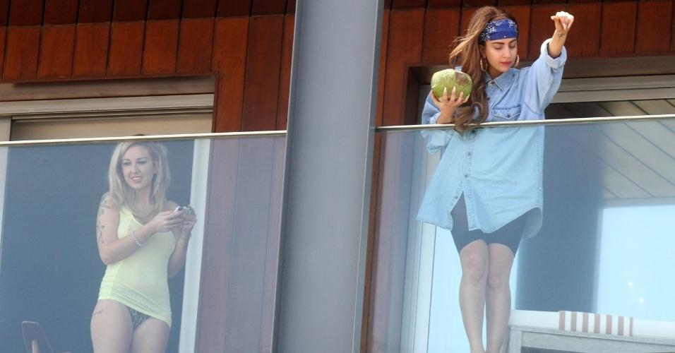 Lady Gaga toma água de coco em sacado do hotel no Rio de Janeiro (7/11/12)