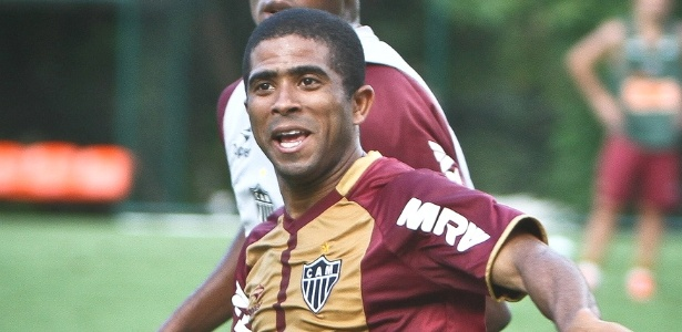 Lateral Júnior César participa de treino do Atlético-MG (6/11/2012)