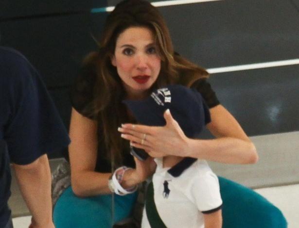 Luciana Gimenez coloca a mão em frente ao rosto de seu filho Lorenzo Gabriel para que ele não seja fotografado pelos papparazzi num Shopping da zona sul de de São Paulo (6/11/12)