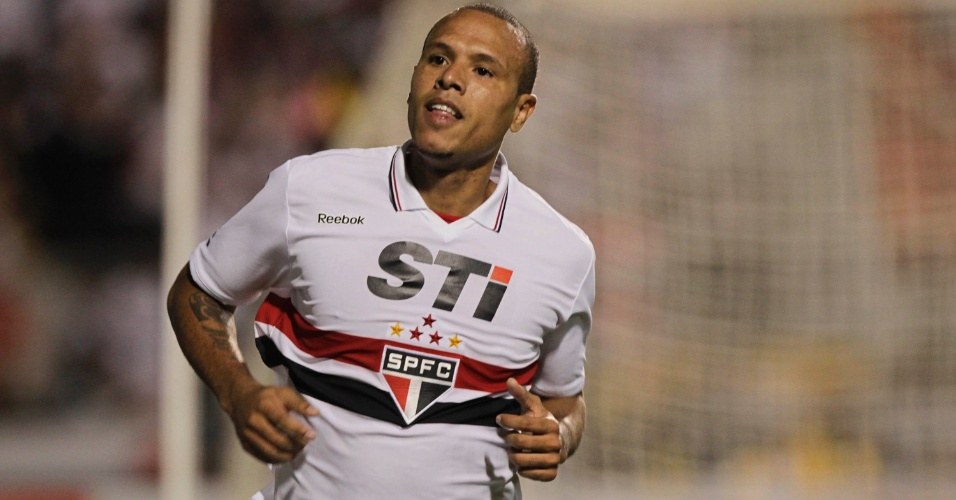 Luis Fabiano comemora o terceiro gol do São Paulo na partida contra a La U, pela Sul-Americana, no Pacaembu