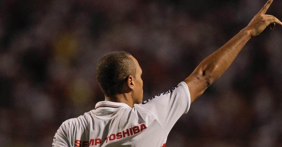 Luis Fabiano festeja o terceiro gol do São Paulo no jogo contra a Universidad do Chile, no Pacaembu