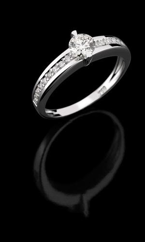 Meia-aliança de ouro branco e diamantes da joalheria Julio Okubo (www.juliookubo.com.br)