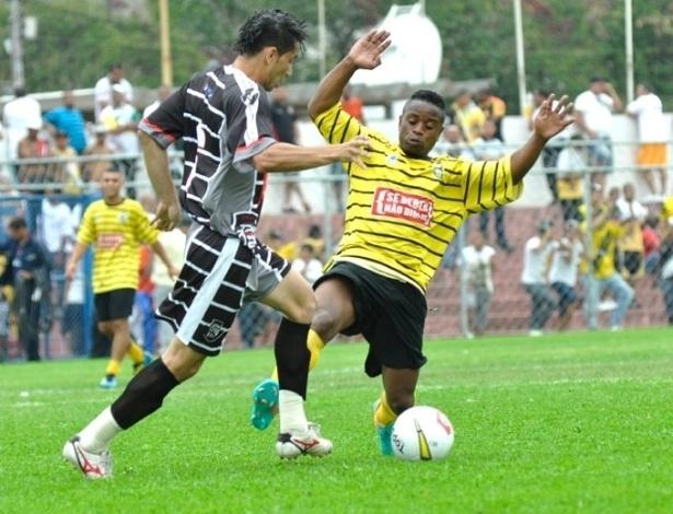 Na semifinal da Série B, o Unidos da Pacarana (amarelo) venceu o Vasco, da Vila Galvão, por 4 a 3 nos pênaltis