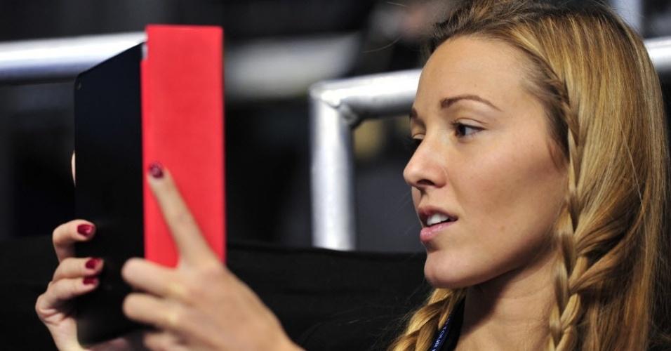 Namorada de Novak Djokovic, Jelena Ristic se distrai com um tablet enquanto o sérvio enfrenta Andy Murray pelas Finais da ATP (07/11/2012)