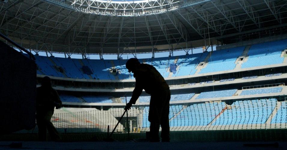 Operário trabalha na finalização da Arena do Grêmio
