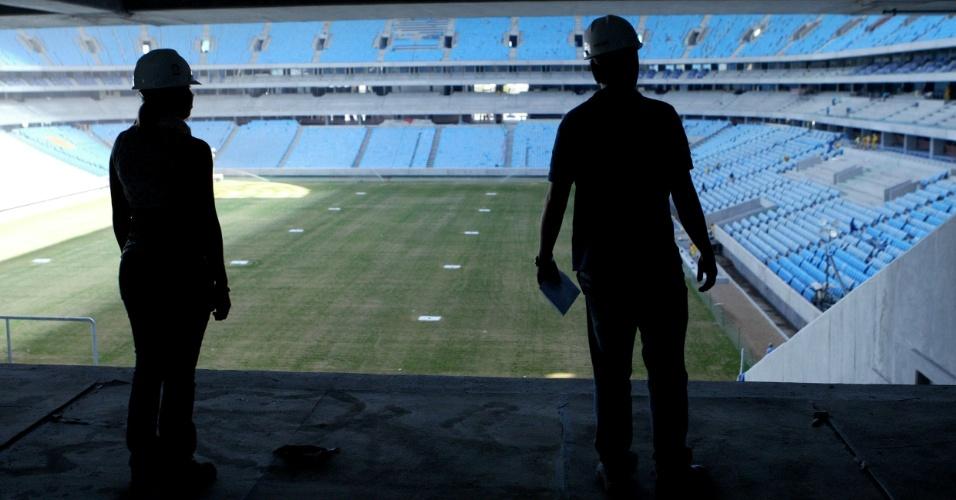 Operários observam Arena do Grêmio, a um mês de inauguração