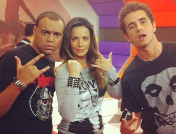 Paloma Tocci brinca e faz pose ao lado de Denilson e Felipe Andreoli nos bastidores do programa Deu Olé, da TV Bandeirantes