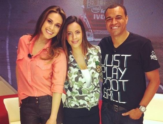 Paloma Tocci (c) posa ao lado de Nadja Haddad e Denilson nos bastidores da TV Bandeirantes