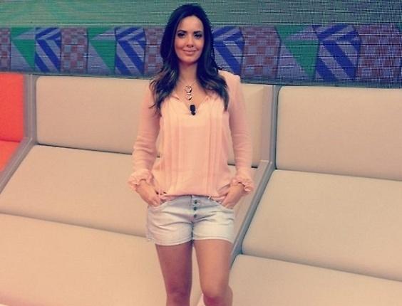 Paloma Tocci exibe seu visual nos bastidores do programa Deu Olé, da TV Bandeirantes