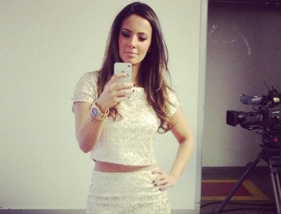 Paloma Tocci posta foto de seu look em bastidores do programa Deu Olé, da TV Bandeirantes