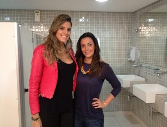Paloma Tocci tira foto com a jogadora de vôlei Mari Paraíba no banheiro da TV Bandeirantes