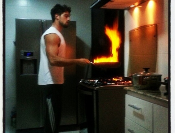 """Rafael Cardoso postou no Twitter foto cozinhando na noite desta terça-feira (6). """"Jantarzito em familia!"""", escreveu o ator"""