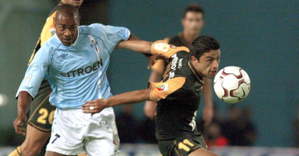 Vagner (e), do Celta, disputa jogada durante partida contra o Sporting em amistoso (08/09/2002). Hoje ele é empresário em Londrina (Paraná)