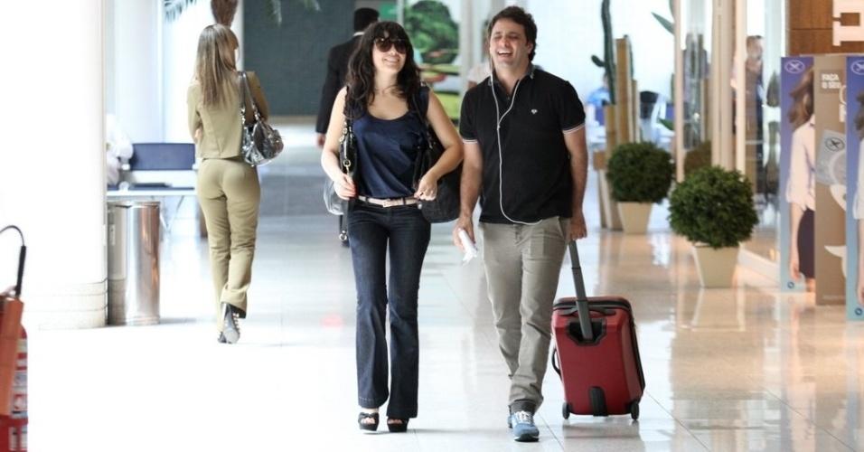 Vanessa Giácomo e o novo namorado, o empresário do futebol Giuseppe Dioguardi, são fotografados em aeroporto do Rio de Janeiro. Desde junho deste ano, a atriz está separada de Daniel de Oliveira, com quem estava casada há oito anos e têm dois filhos Raul, de 4 anos, e Moisés, de 2 (7/11/12)