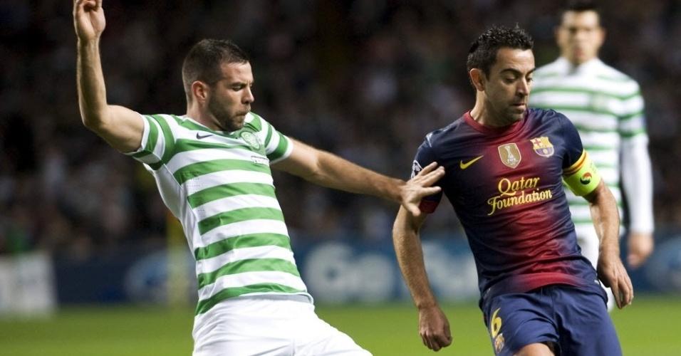 Xavi, meia do Barcelona, tenta o passe, mas é travado por Joe Ledley, do Celtic, em partida da Liga dos Campeões