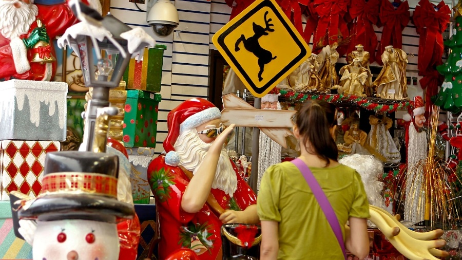 8.nov.2012 - Consumidores comparam preços de produtos natalinos em loja da ladeira Porto Geral, na região da rua 25 de março, centro de São Paulo - Leandro Moraes/UOL