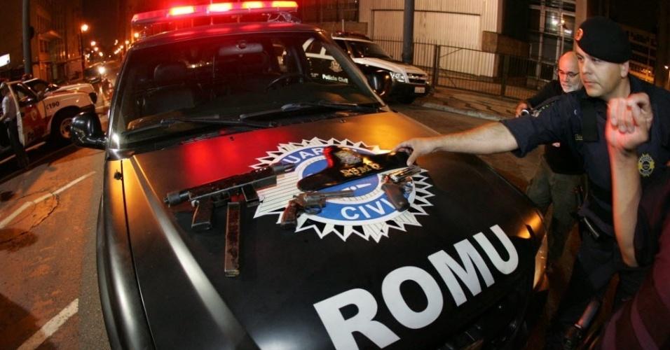 8.nov.2012 - Policiais mostram armas apreendidas com suspeitos de atirar contra dois guardas municipais, em Cotia, na Grande São Paulo (SP). De acordo com a PM, um dos guardas foi atingido de raspão. Três suspeitos foram baleados e morreram e um, detido
