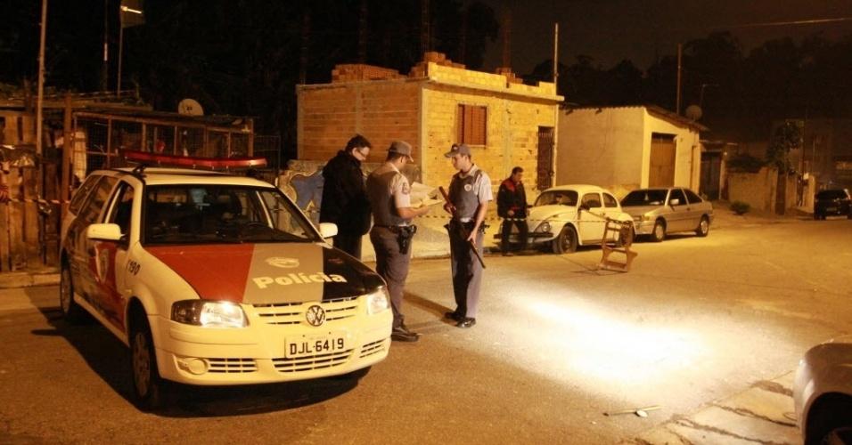 8.nov.2012 - Policiais observam local onde PM foi baleado no Córrego Taioca, no limite entre Santo André e São Bernardo do Campo, no ABC paulista, em São Paulo