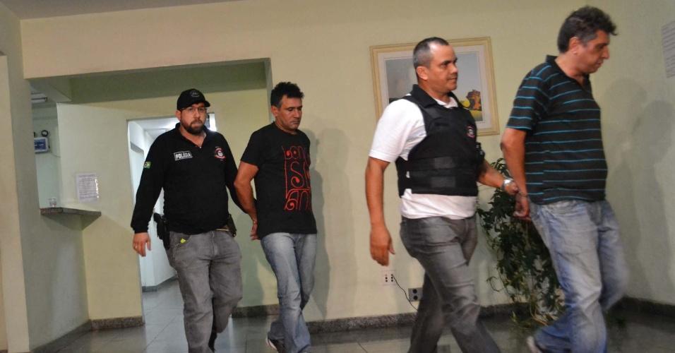 8.nov.2012 - Suspeitos de matar o filho de um policial aposentado da Rota (Rondas Ostensivas Tobias Aguiar ) são apresentados no 40° DP em São Paulo (SP), na noite desta quarta-feira (7). Eles foram presos no bairro do Limão, na zona norte