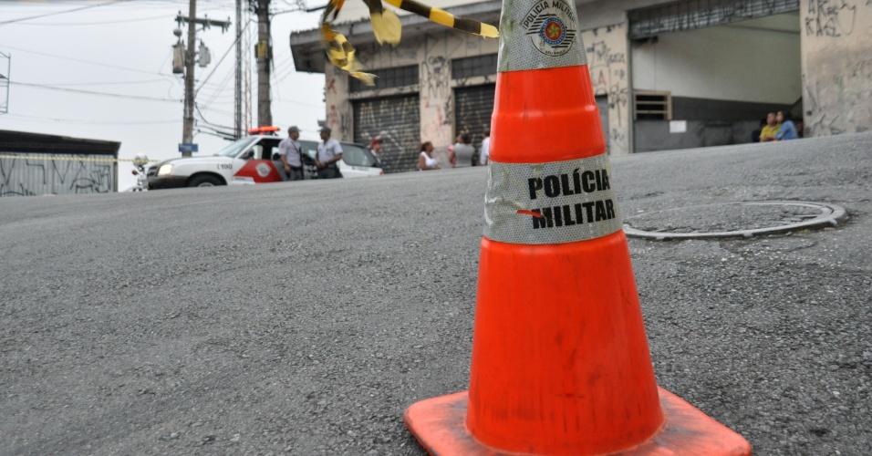 8.nov.2012 - Um homem foi morto por um soldado da Polícia Militar de folga em uma briga, no bairro de Brasilândia, zona norte de São Paulo. O soldado foi atacado por uma mulher, que o agrediu com uma garrafa, e ele atirou para se proteger. Um homem que a acompanhava tentou sacar uma arma e também foi atingido. O homem baleado chegou a ser socorrido, mas não resistiu aos ferimentos