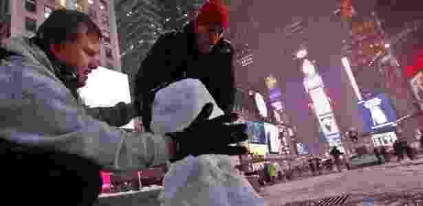 Após tempestade de neve, turistas montam um boneco de neve na Times Square, em Nova York (07/11/2012) - Brendan McDermid/Reuters - Brendan McDermid/Reuters