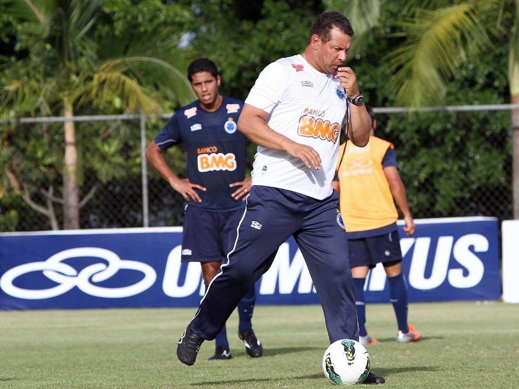 Celso Roth mudou a zaga titular do Cruzeiro em treino na Toca da Raposa II